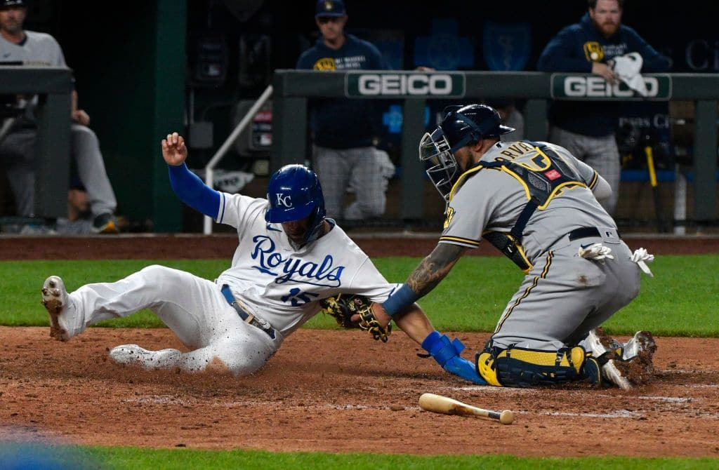 Royals win with a close call at home plate, beating Brewers 2-0 | FOX 4 Kansas City WDAF-TV