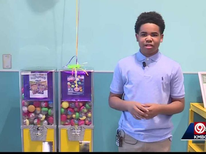 Kansas City, Kansas teen starts business with old gumball machines, puts them back in service